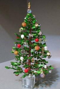 Ёлочка из бисера привнесёт праздничную атмосферу, украсит в ваш дом и послужит отличным подарком, сделанным с душой...