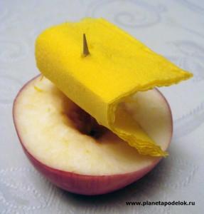 Кораблик из яблока и салфетки