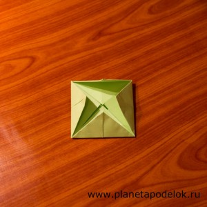 Переверните лист и опять согните четыре угла к центру