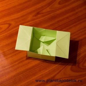 Раскрываем коробочку одновременно выдавливая дно вниз и оттягивая ручки коробочки в стороны