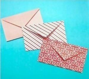 Конверт из листа бумаги в форме сердца