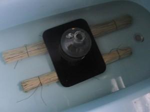 Положите пучки соломы в воду под пресс на 5 часов